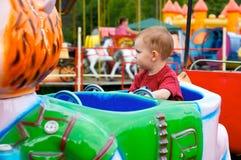 Niño en parque de atracciones Imagen de archivo