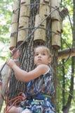 Niño en parque de la aventura Fotografía de archivo libre de regalías