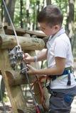 Niño en parque de la aventura Fotos de archivo