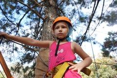Niño en parque de la aventura imagenes de archivo