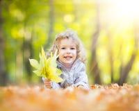 Niño en parque del otoño Imagen de archivo libre de regalías