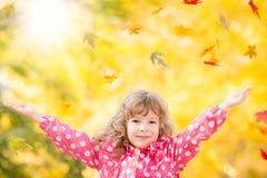 Niño en parque del otoño Fotografía de archivo libre de regalías