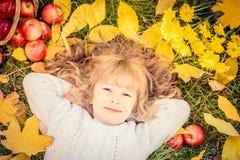 Niño en parque del otoño imagen de archivo