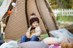 Niño en parque del otoño Muchacho adorable feliz con las hojas de la caída El concepto de risas de la niñez, de la familia y del  fotografía de archivo