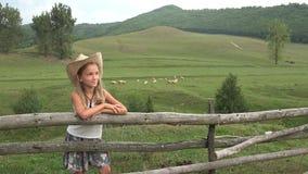 Niño en pasto, granjero Girl con el pasto del pastor de las ovejas en el campo 4K de las montañas almacen de video