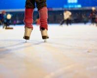 Niño en patines Imagenes de archivo