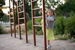 Niño en patio Fotos de archivo