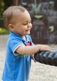 Niño en patio Foto de archivo