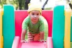 Niño en patio Fotografía de archivo