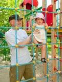 Niño en patio con el padre Fotografía de archivo libre de regalías