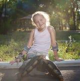 Niño en pcteres de ruedas Imagen de archivo