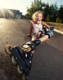 Niño en pcteres de ruedas en el verano Foto de archivo