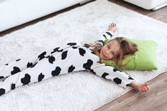 Niño en pijamas de la impresión de la vaca Fotos de archivo