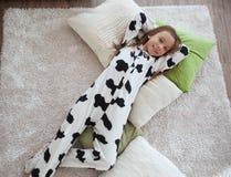 Niño en pijamas de la impresión de la vaca Imágenes de archivo libres de regalías