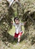 Niño en pila del heno fotos de archivo libres de regalías