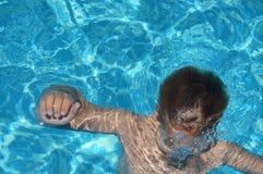 Niño en piscina imágenes de archivo libres de regalías
