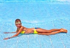 Niño en piscina. Fotografía de archivo