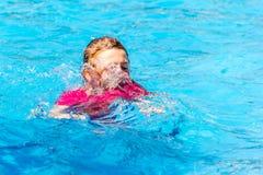 Niño en piscina Fotografía de archivo libre de regalías