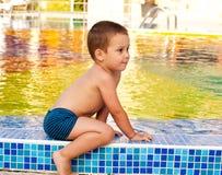 Niño en poolside Imagen de archivo libre de regalías