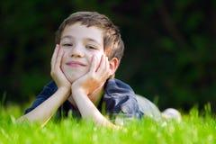 Niño en prado Imagenes de archivo