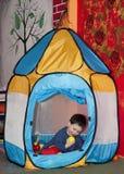 Niño en sala de juegos Imagen de archivo libre de regalías