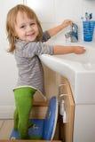 Niño en sitio del baño Imagen de archivo