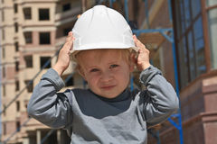 Niño en sombrero duro fotos de archivo