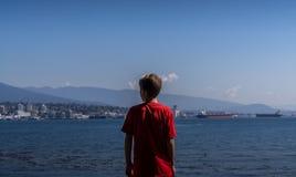 Niño en Stanley Park Seawall Path fotografía de archivo