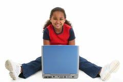 Niño en suelo con la computadora portátil fotos de archivo
