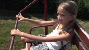 Niño en telesilla, muchacha feliz turística en Ski Cable Railway Mountains, 4k alpino almacen de metraje de vídeo