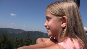 Niño en telesilla, muchacha turística en Ski Cable, niño en las montañas ferroviarias, alpinas almacen de metraje de vídeo