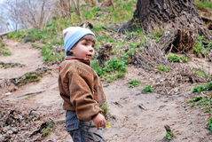 Niño en un área de la pista de aterrizaje del camino Fotografía de archivo