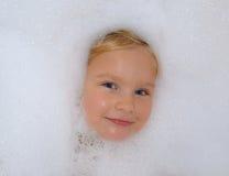 Niño en un baño de la espuma Fotografía de archivo libre de regalías