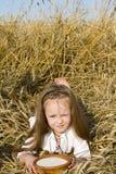 Niño en un campo Imagenes de archivo