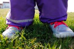 Niño en un campo de hierba Fotografía de archivo libre de regalías