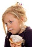 Niño en un carnaval, con los anillos de espuma. Anillos de espuma fotografía de archivo libre de regalías