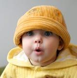 Niño en un casquillo anaranjado Imagen de archivo