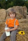 Niño en un pajar con Imágenes de archivo libres de regalías