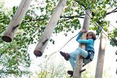 Niño en un parque de la actividad de la aventura que sube Fotos de archivo libres de regalías