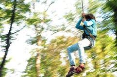 Niño en un parque de la actividad de la aventura que sube Imagen de archivo libre de regalías