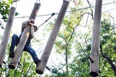 Niño en un parque de la actividad de la aventura que sube Imágenes de archivo libres de regalías