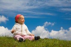 Niño en un prado Foto de archivo libre de regalías