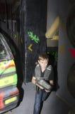 Niño en una arena de la etiqueta del laser Imagenes de archivo