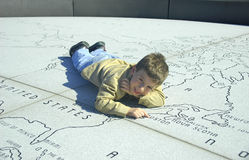 Niño en una correspondencia de piedra Imagen de archivo libre de regalías