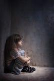 Niño en una esquina oscura Imagen de archivo libre de regalías