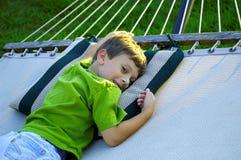Niño en una hamaca Imagen de archivo libre de regalías