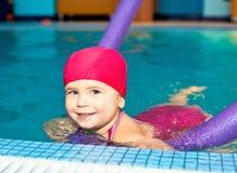 Niño en una piscina Imagen de archivo libre de regalías