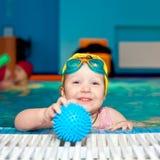 Niño en una piscina Foto de archivo