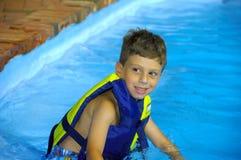 Niño en una piscina Fotos de archivo
