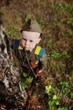 Niño en uniforme militar contra fondo de la naturaleza Imagen de archivo